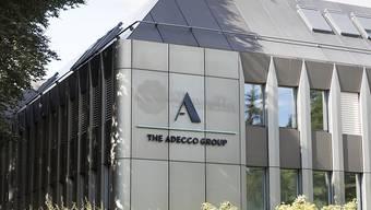 Das Temporärarbeits-Unternehmen Adecco hat im ersten Quartal einen leichten Umsatzrückgang hinnehmen müssen. Dank Sparpogramm ist es aber profitabler geworden. (Archivbild)
