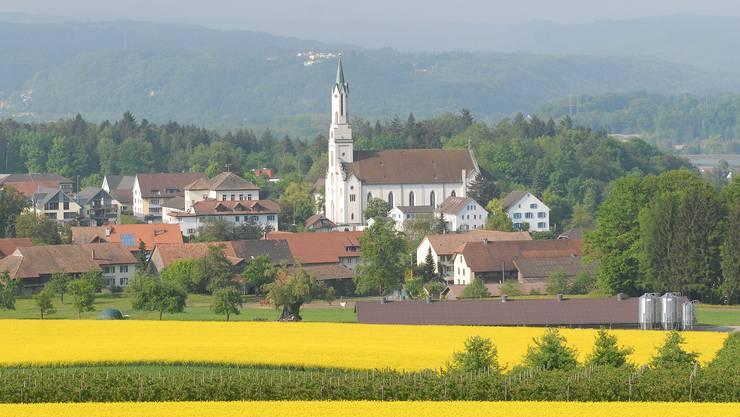 Leuggern im Bezirk Zurzach trumpft mit landschaftlichen Qualitäten – Wahrzeichen ist die Kirche. In den weiteren Bildern stellen wir Leuggern vor.