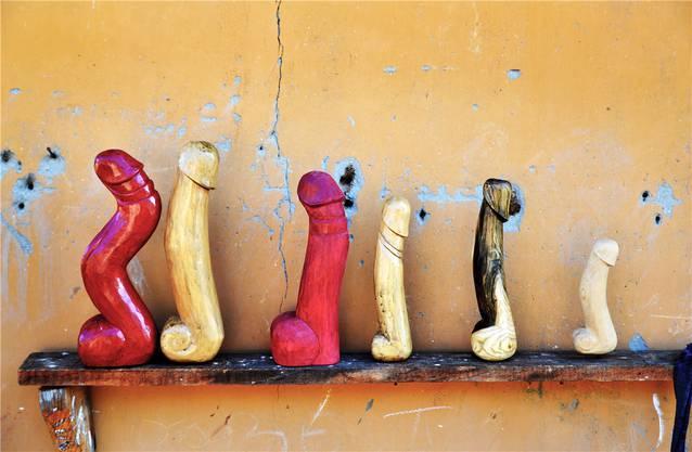 Imposante Holz-Penisse im Punakha-Tal.