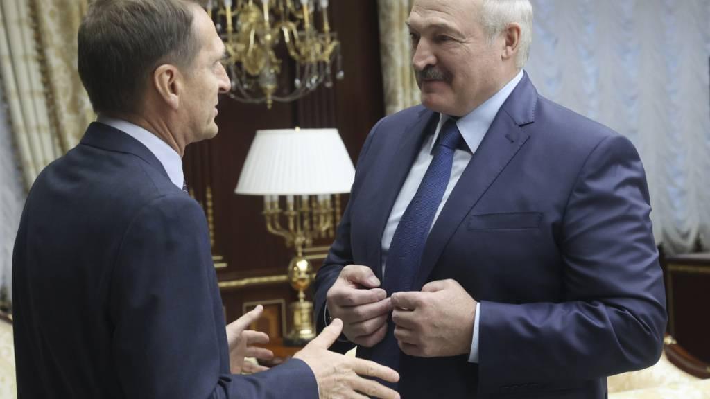 Alexander Lukaschenko (r) beim Empfang eines russischen Geheimdienstlers in Minsk. Foto: Nikolai Petrov/POOL BelTa/AP/dpa