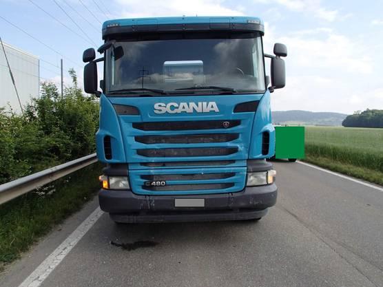 Der Chauffeur dieses Lastwagens, ein 54-jähriger Schweizer, hatte zu spät gemerkt, dass der VW-Lenker wegen einer Kolonne vor ihm bremste.
