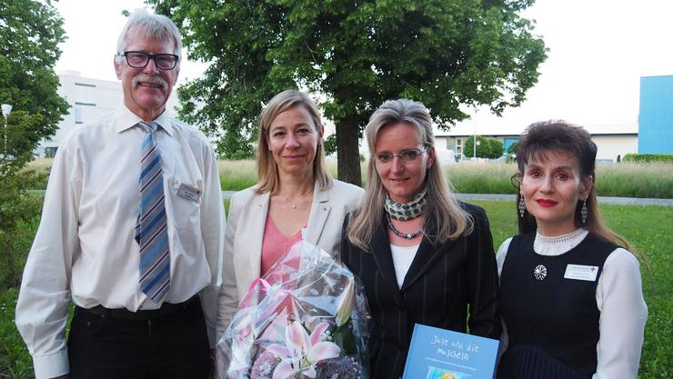 Der Rotkreuzpreis wird übergeben (v.l.n.r. Hans Rösch, Dr. med. Monya Todesco Bernasconi, Bettina Fischer, Regula Kiechle)