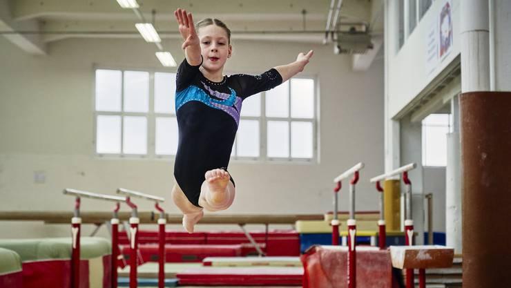 Die zehnjährige Lorina Seiler aus Bergdietikon trainiert für gewöhnlich 22 Stunden für ihren grossen Traum vom Turn-Olymp.