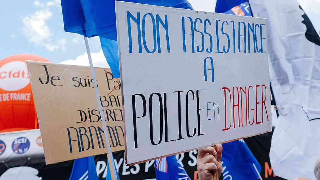 Polizisten und Unterstützer folgen den Aufruf von vierzehn Gewerkschaften und versammeln sich vor der Nationalversammlung zu einer «Bürgerkundgebung zur Unterstützung der Ordnungskräfte». Anlass ist der Tod eines Beamten in Avignon vor zwei Wochen. Foto: Jan Schmidt-Whitley/Le Pictorium Agency via ZUMA/dpa