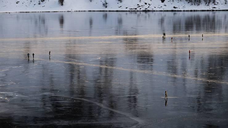 Aussergewöhnlich dunkel: Schwarzeis auf dem Silsersee am Sonntag, 12. Januar 2020.