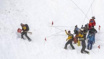 Rettungskräfte suchten am Stephanstag nach Verschütteten. Die Piste ist nun seit Dienstag wieder offen. (Archivbild)