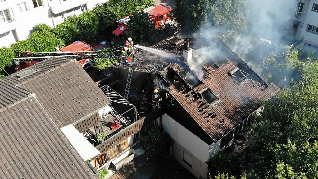 Als die Feuerwehr am Brandort eintraf, loderten die Flammen bereits aus dem Dachstock. Tatverdächtig ist die 68-jährige Bewohnerin.