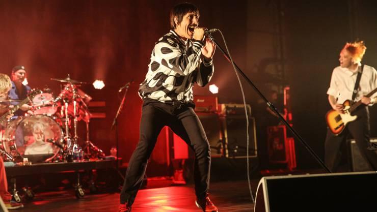 Anthony Kiedis (M) von den Red Hot Chili Peppers hat trotz einer schweren Magenentzündung die Arbeit wieder aufgenommen. (Archivbild)