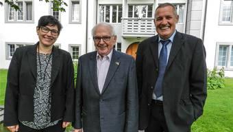 Vizepräsidentin Regula Jäggi mit dem scheidenden Vorstandsmitglied Werner Huber und dem Präsidenten Heinz Blatter.