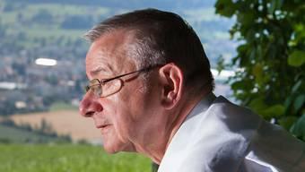 Martin Heiz sitzt gern auf seiner Denkbank mit Blick übers Oberwynental am Südhang des Hombergs. psi