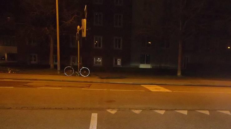 Die Velofahrerin kam von der Rosengartenstrasse und bog in die General-Guisan-Strasse ein.