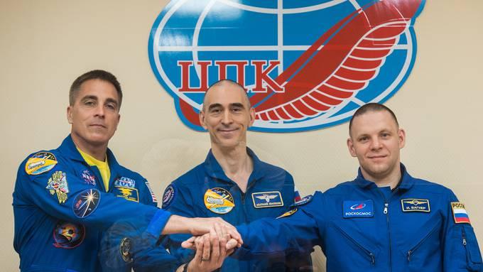 Begleitet von strengen Schutzmassnahmen wegen der Corona-Pandemie starten am Donnerstag (10.05 Uhr MESZ) drei Raumfahrer zur Internationalen Raumstation ISS.