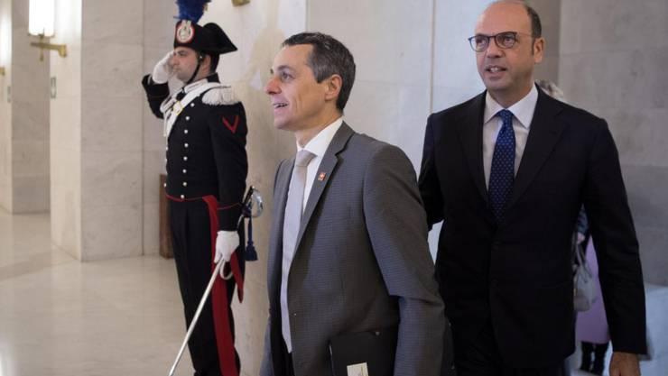 Aufgrund seiner Herkunft wählte der neue Aussenminister Ignazio Cassis  Italien als erstes Reiseziel seiner Amtszeit auf. Das Treffen mit Aussenminister Angelino Alfano (rechts) bezeichnete er als äusserst freundschaftlich.