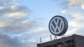 Der Skandal weitet sich aus. Die Aktie bricht ein. VW-Logo am Hauptsitz im deutschen Wolfsburg.
