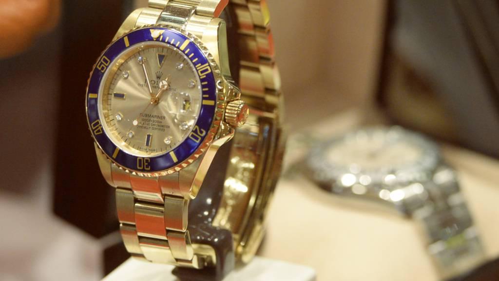 Gefälschte Uhren in einem Schaukasten am Flughafen Zürich. Der Ständerat will die Marke «Schweiz» besser schützen. (Archivbild)
