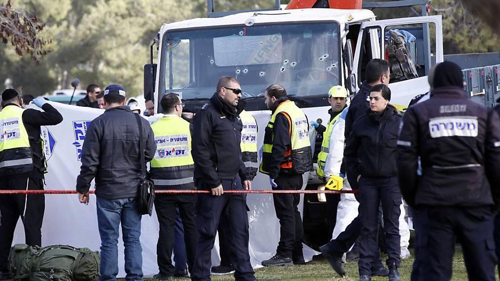 Helfer am Ort des Anschlags - im Hintergrund der vom Attentäter benutzte Lastwagen