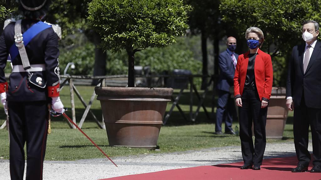 Mario Draghi (r), Ministerpräsident von Italien, und Ursula von der Leyen, Präsidentin der Europäischen Kommission, treffen anlässlich des Global Health Summit in der Villa Pamphili in Rom ein. Foto: Gregorio Borgia/AP/dpa