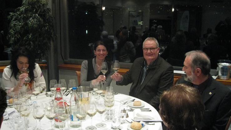 Gregor Schönau (Mitte) zwischen Weinakademikerin Lidwina Weh und Präsident Markus Aellen