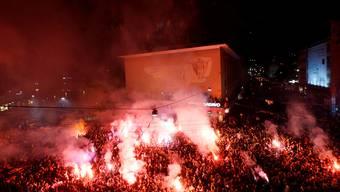 Flammende Fackeln und jubelnde Fans: Tausende feiern ihren FCB