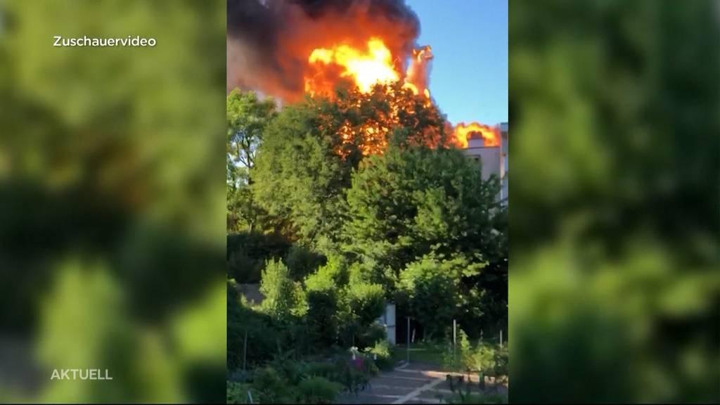 Mehrere Explosionen bei Brand in Dietlikon