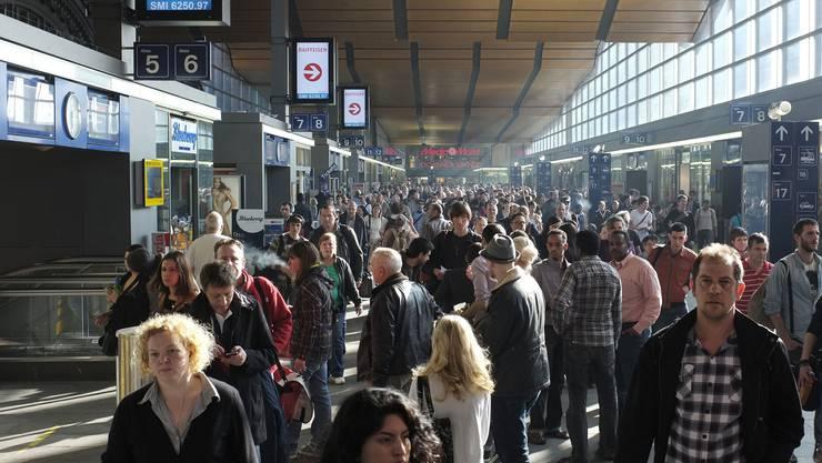 Der normale Wahnsinn auf der Passerelle des Basler Bahnhofs zu Pendlerzeiten.