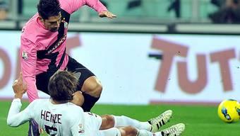 Juventus-Stürmer Borriello (oben) wird von Gabriel Heinze getackelt