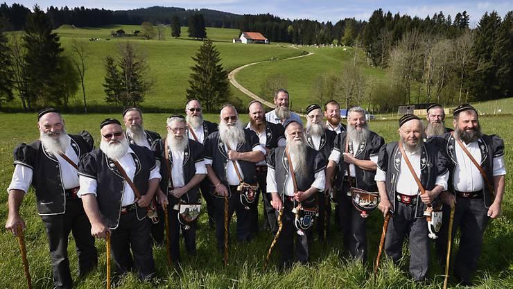 """Bodenständige Männer mit üppigen Bärten: Die """"Société des Barbus de la Gruyère"""" blickt in Vuadens FR auf ihre 75-jährige Vereinsgeschichte zurück."""