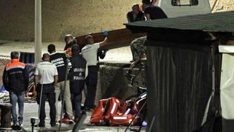 Mehrere Bootsflüchtlinge, die vor der Küste Lampedusas im Meer ertranken, wurden am Montag von den Behörden tot geborgen. Etliche weitere werden noch vermisst.
