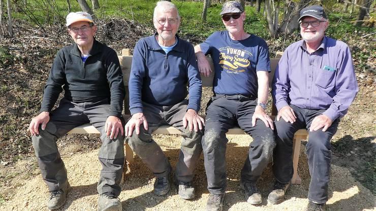 Ernst Schaller, Toni Andres, Erhard und Ruedi Luterbacher haben neue Waldbänke am Lohnweg in Fronarbeit installiert.