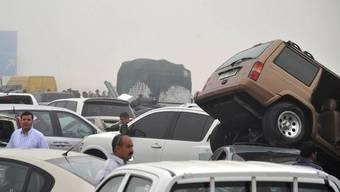 Nach der Karambolage liegen die Fahrzeuge teilweise übereinander