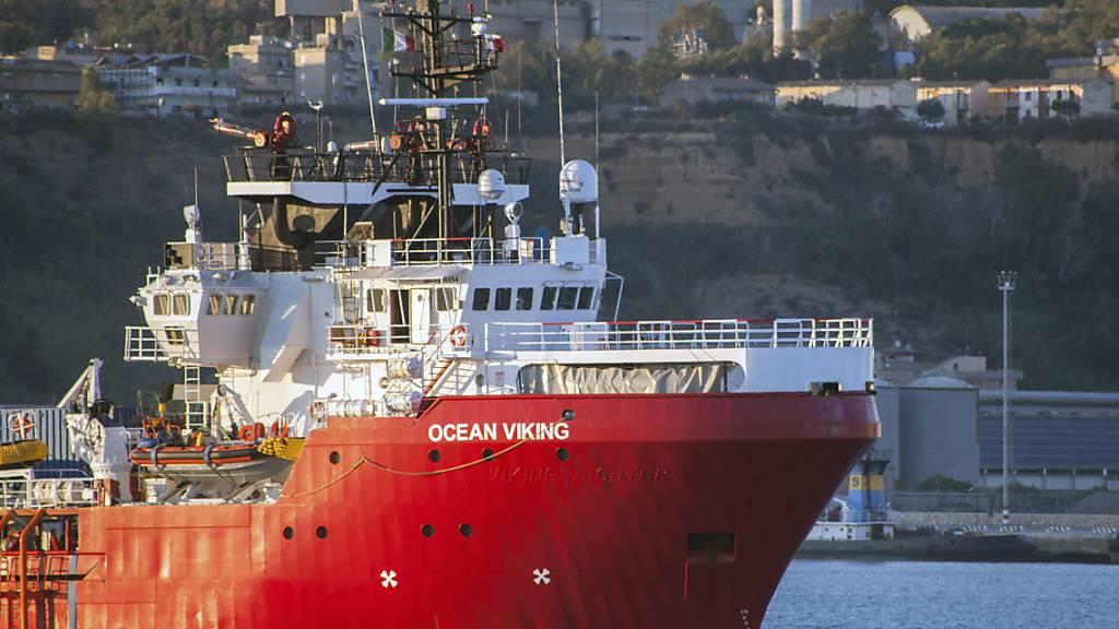 Das Rettungsschiff Ocean Viking liegt im Hafen von Porto Empedocle vor Anker. Foto: Fabio Peonia/LaPresse/AP/dpa