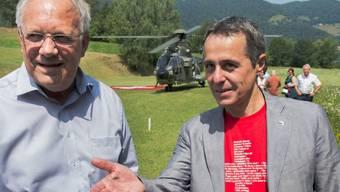 Am 1. August 2017 wurde der damalige Nationalrat Ignazio Cassis (rechts neben Bundesrat Johann Schneider-Ammann) als Kandidat der FDP Tessin für die Bundesratswahlen aufgestellt. Jetzt, wo er Bundesrat ist, rät man ihm - zu seinem Bedauern - vom Schweizer-Shirt ab.