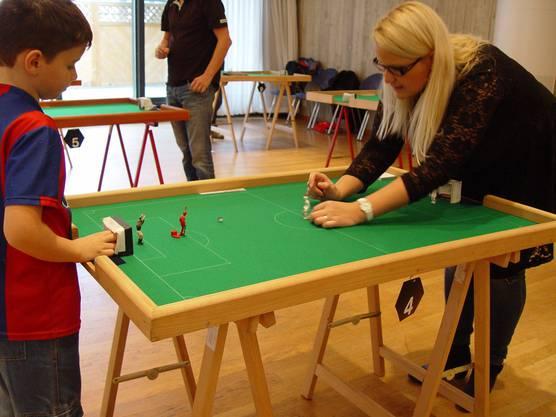 Der 7-jährige Nils spielt gegen Judith Wirthensohn
