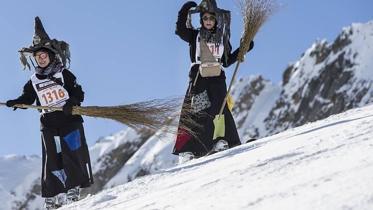 Mitsamt Hexenbesen und begleitet von schrillem Geschrei sausten am Samstag an der internationalen Hexenabfahrt Hexen und Hexer die Pisten hinunter.