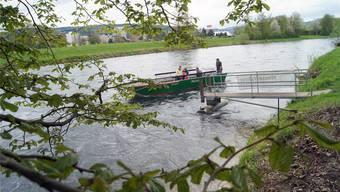 Die ersten Gäste fuhren gestern von einem Ufer zum anderen: Die «Maurizius» führt seit 1981 Passagiere über die Limmat. Christian Murer