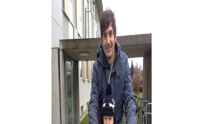 Der Aarauer Benjamin Pfeuti will eine Woche lang abends das Handy ausschalten und sich stattdessen ganz seinem Sohn Camil widmen.