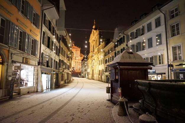 Die verschneite Hauptgasse in der Nacht vom 30. November auf den 1. Dezember, der auch den meteorologischen Winterbeginn markiert.