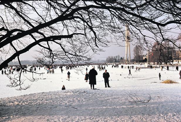Volkfest auf dem Eis: Im Februar 1963 strömten an manchen Tagen bis zu 150000 Menschen auf den zugefrorenen Zürichsee.