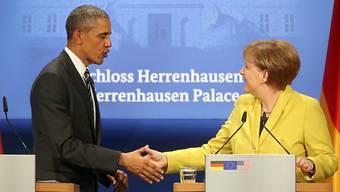 Freundschaftliche Begegnung: US-Präsident Barack Obama (links) und die deutsche Kanzlerin Angela Merkel reichen sich nach der Medienkonferenz die Hände.