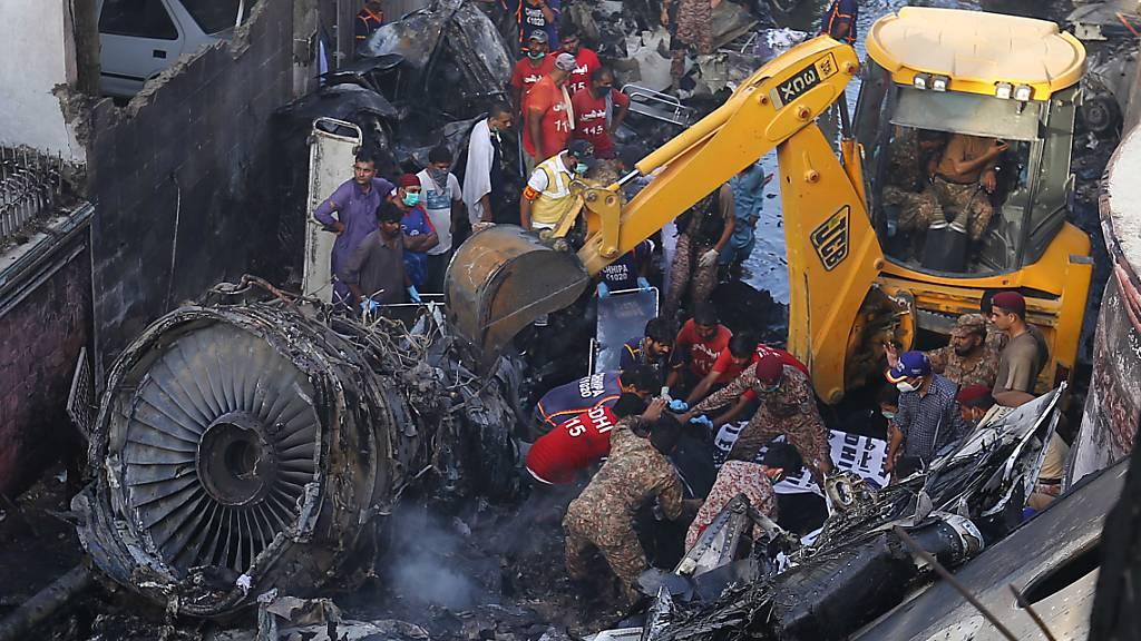 Weitere Suche nach genauer Ursache von Flugzeugabsturz in Pakistan