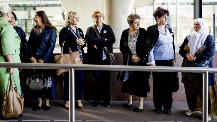 """""""Mütter von Srebrenica"""" am Dienstag beim Gericht in Den Haag."""