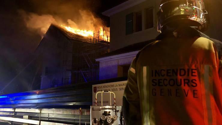 Feuerwehrleute löschen den Grossbrand in Satigny.