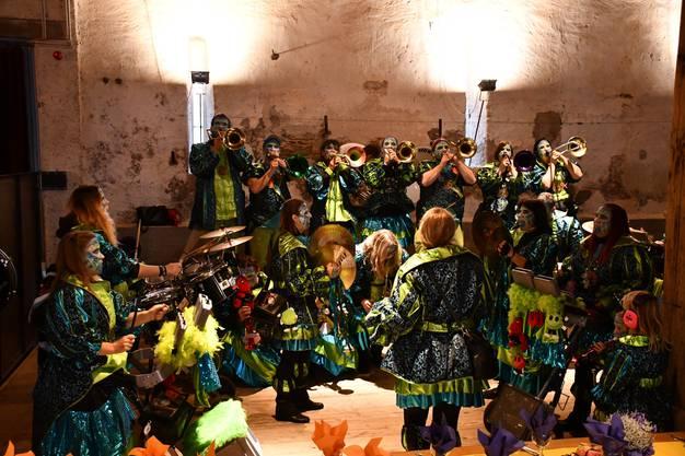 Ohne Windischer Unterstützung geht es nicht: Die Guggenmusik Schwellbaumschränzer aus Windisch sorgt für die Musik im Salzhaus.