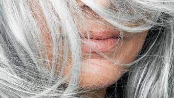 Akuter Stress kann tatsächlich zu grauen Haaren führen.