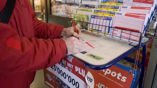 Ein Mann versucht sein Glück im Lotto (Symbolbild)