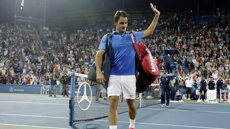 Geschlagen verlässt Roger Federer den Platz.