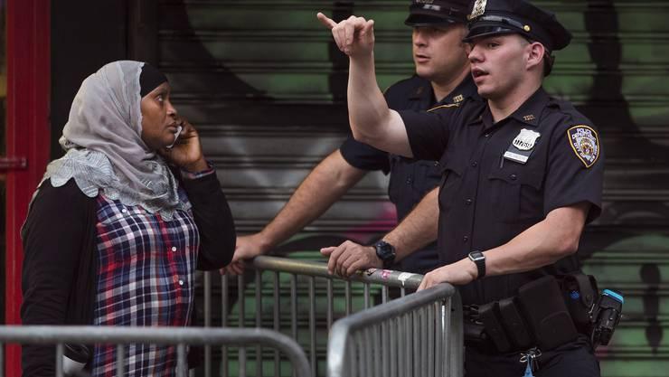 Eine New Yorkerin wird weggewiesen.