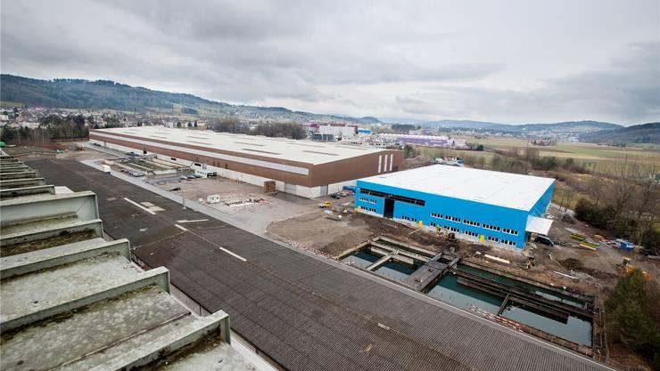 Auf dem Dach der Halle B (braun) wird die grösste Solaranlage der Deutschschweiz gebaut, in der neuen Halle C (blau) ziehen zwei Metallverarbeitungsfirmen ein. emanuel freudiger