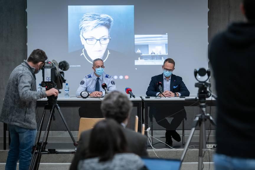 Matteo Cocchi, Kommandant der Kantonspolizei Tessin und Staatsrat Norman Gobbi, rechts, und die Direktorin des Bundesamts für Polizei (Fedpol), Nicoletta della Valle, im Videostream aus Bern zugeschaltet, sprechen an einer Pressekonferenz zum Messerangriff.