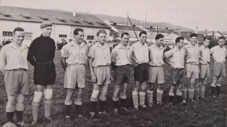 Der FC Schlieren 1948. Es sind dies von links: Fluck, Gasser, Emil Peyer, Stucker, Ernst Peyer, Strebel, Giesser, Ehrsam, Brühwiler, Hinnen und Brügger. Das Bild zeigt die Mannschaft auf dem Sportplatz am Kanal.